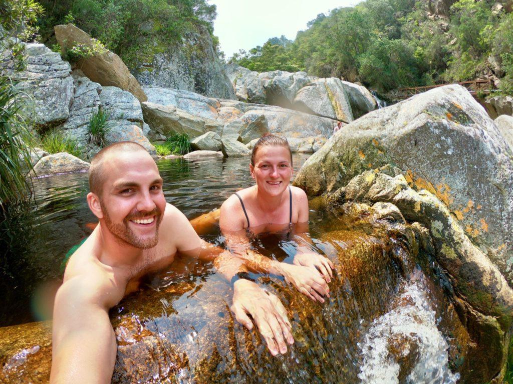Natürlicher Pool an einem Wasserfall bei Wilderness auf der berühmten Garden Route in Südafrika