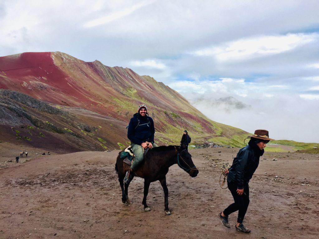 Gerrit auf einem Pferd am Rainbow Mountain, Peru