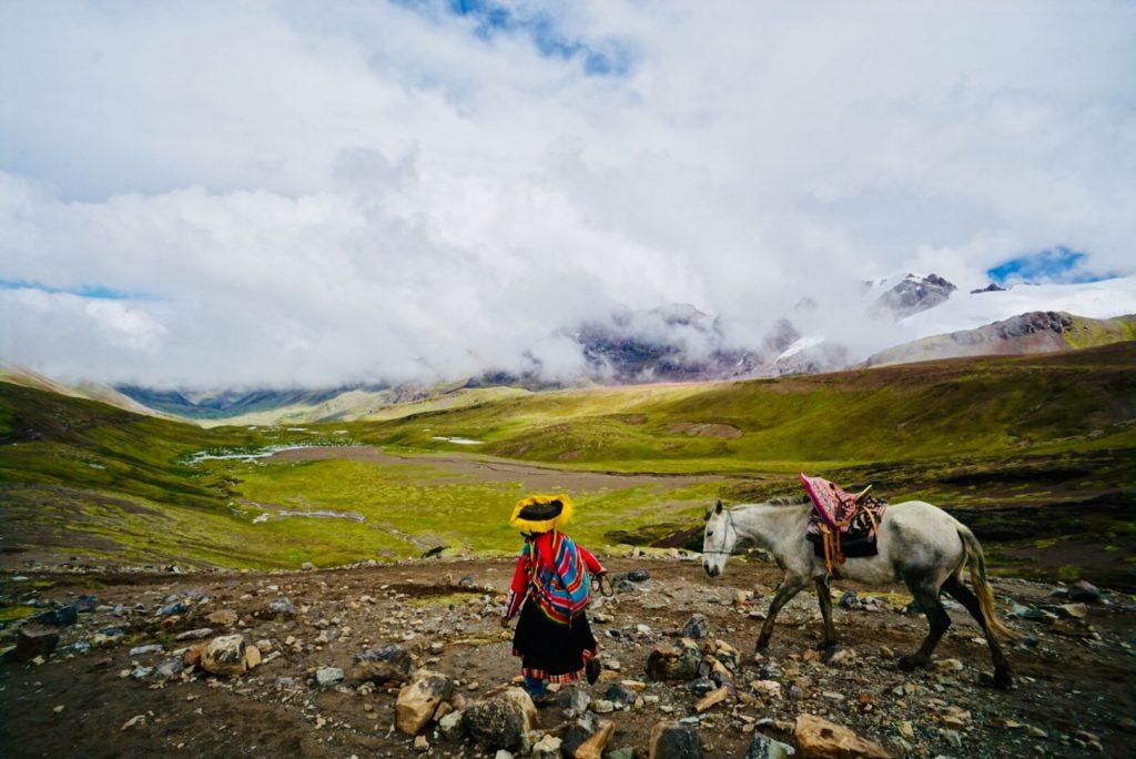 Bergszene im Tal auf dem Weg zum Rainbow Mountain, Peru