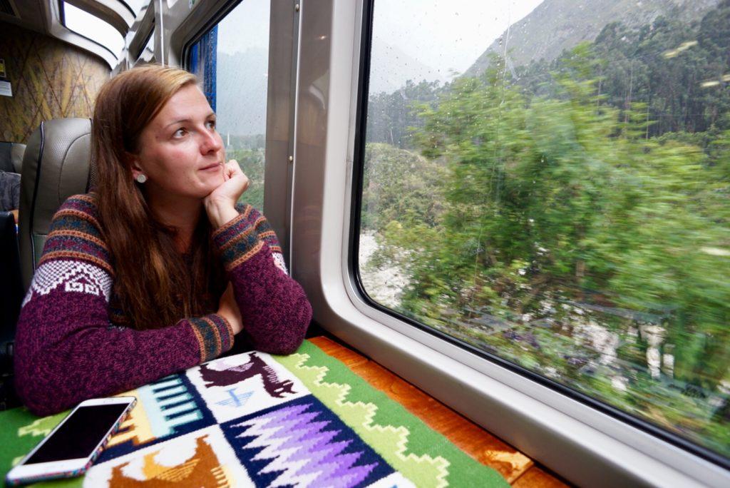 Edith im Zug. Auf dem Weg zum Machu Picchu