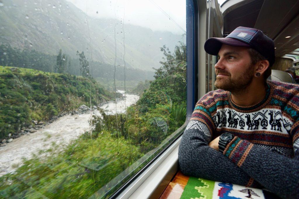 Gerrit im Zug. Auf dem Weg zum Machu Picchu