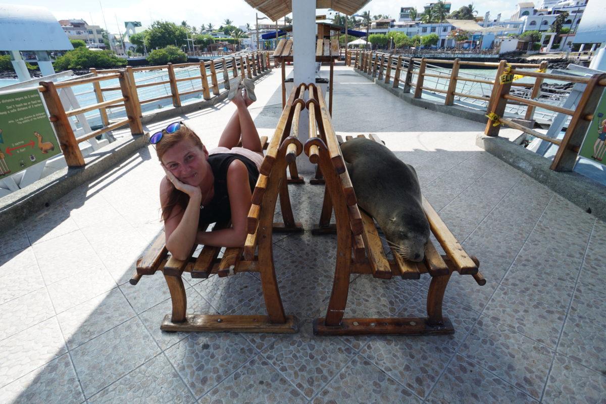 Edith auf den Galapagosinseln neben einem schlafenden Seelöwen